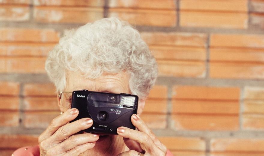personne agée prenant une photo