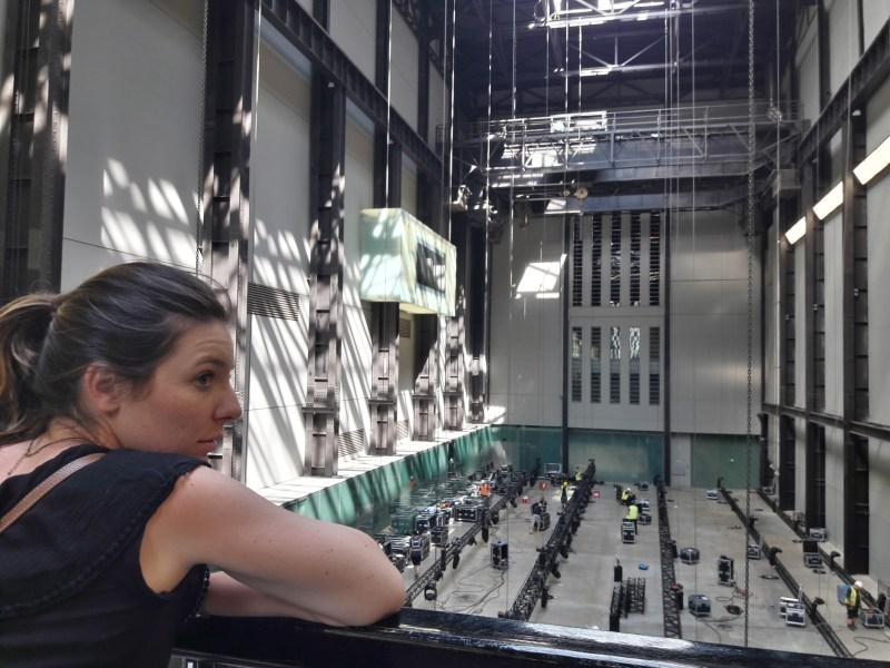 Camille contemple le hall de la Tate Modern Gallery à Londres