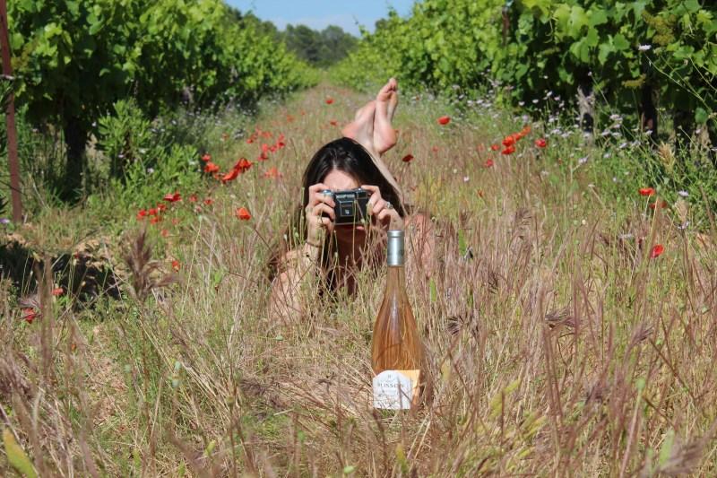 Camille en plein seance photo vin nature dans une vigne en biodynamie