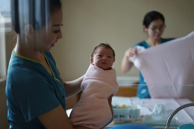 care soin infirmiere soignante bébé